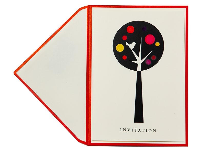 Einladungskarte mit goldener Prägung inkl. Briefumschlag mit roten Kanten.