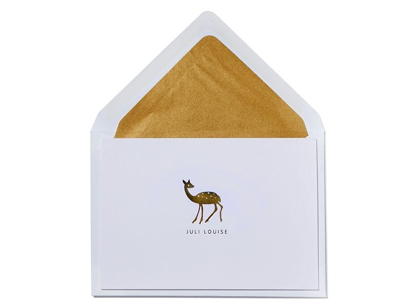 Geburtskarte mit gold geprägtem Reh und matt-gold gefüttertem Briefumschlag.