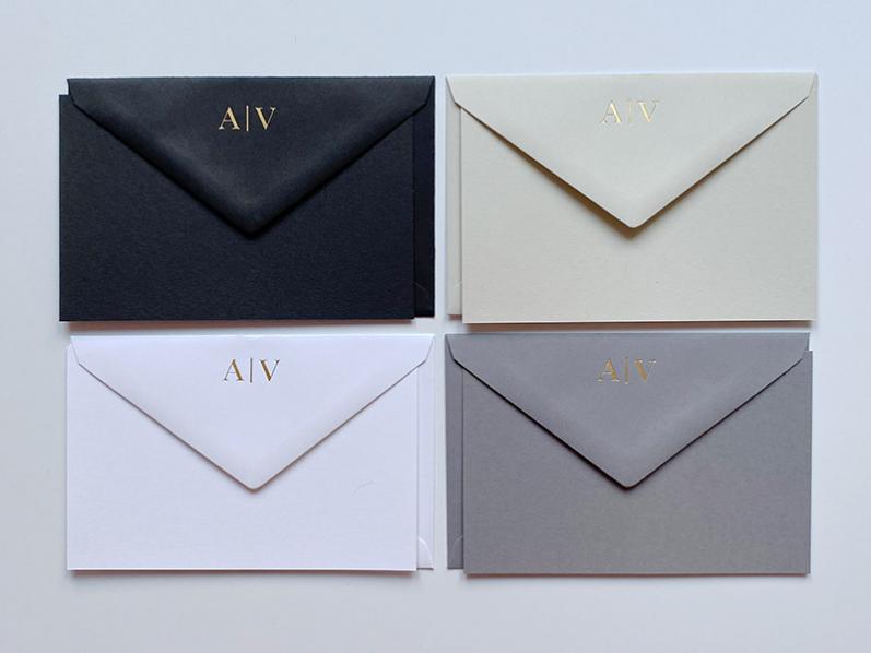 32 personalisierte Kuverts mit Karten von Crown Mill in schwarz, anthrazit, dove und weiß. Ganz persönlich: In Kupfer geprägte Initialen.