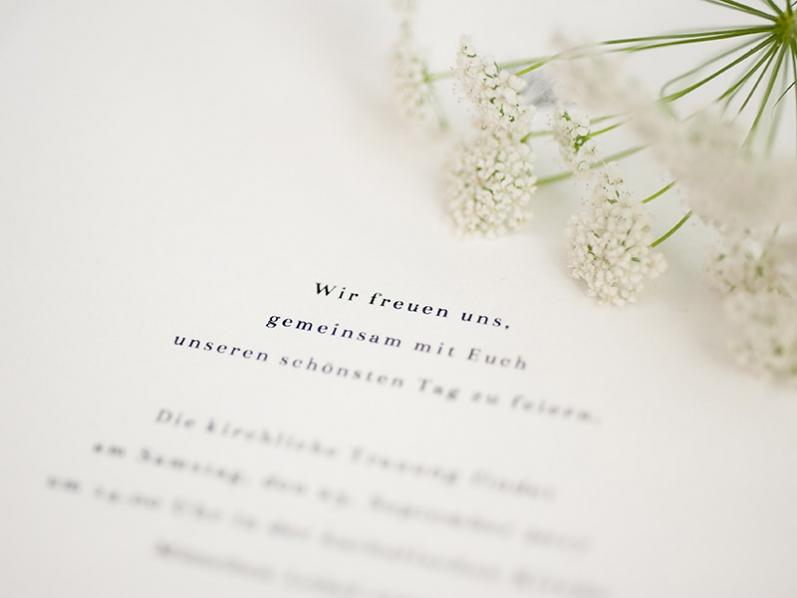 Büttenpapier-Einladungen mit stilvoll geszeichneten Pusteblumen im Jugendstil-Stil und goldenem Herz.