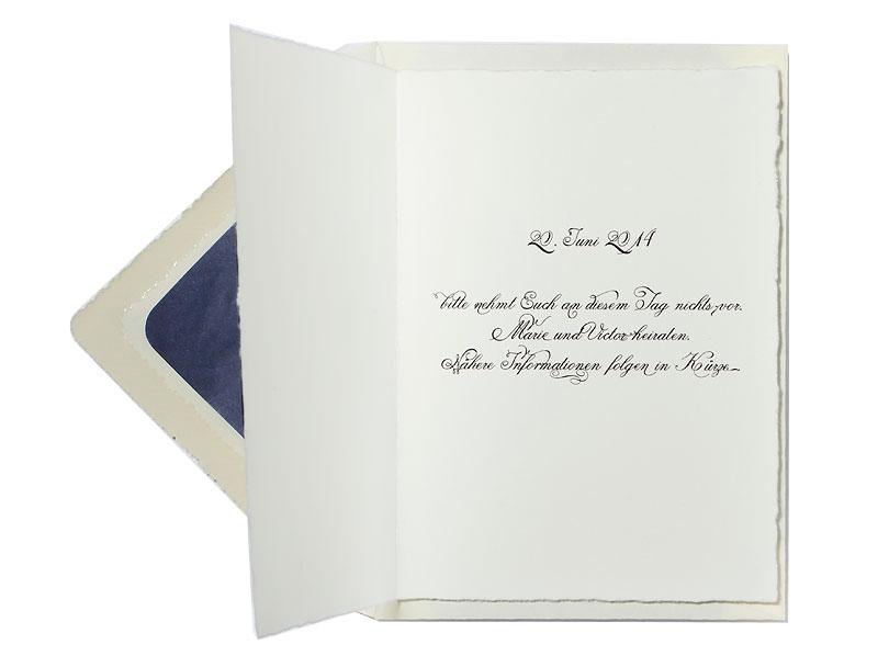 Save-the-Date Karte mit kalligrafischer Schrift gedruckt auf Büttenpapier.