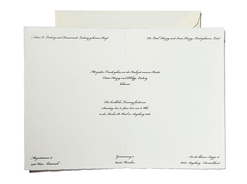 Büttenpapier Einladungen mit matt-goldenem Herz inkl. Büttenumschlag.