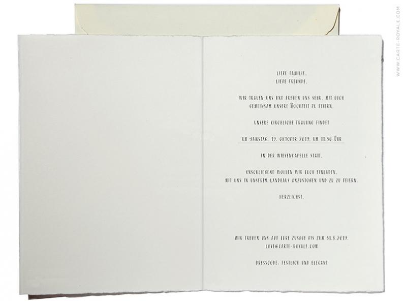 Schlicht gestaltete Hochzeitseinladungen mit goldenem Herz, gedruckt auf Büttenpapier.