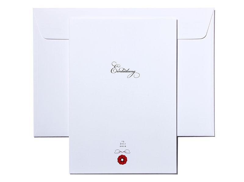 Einladungskarten mit kalligrafischer Schrift und dezenten Blumen.