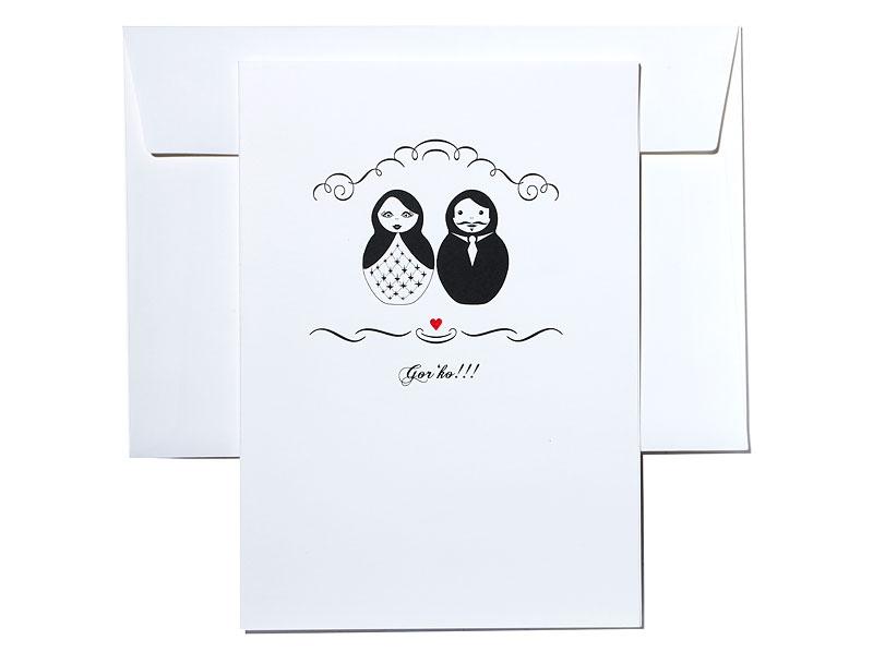 Einladungskarte mit Matroschka Brautpaar und rot geprägtem Herz.