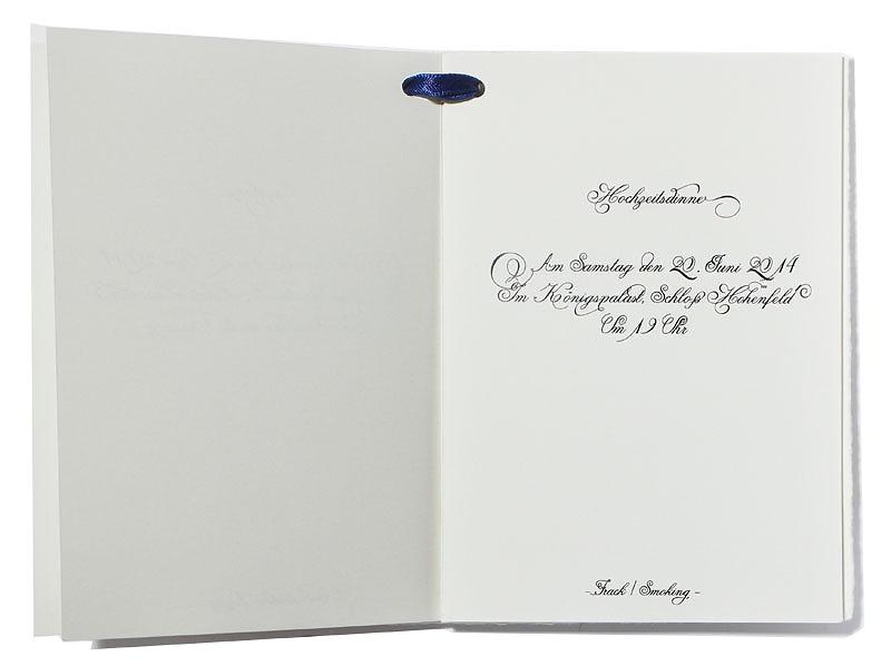 16-seitiges Programmheft gedruckt auf Bütten- und Feinstpapier inkl. Satinband.
