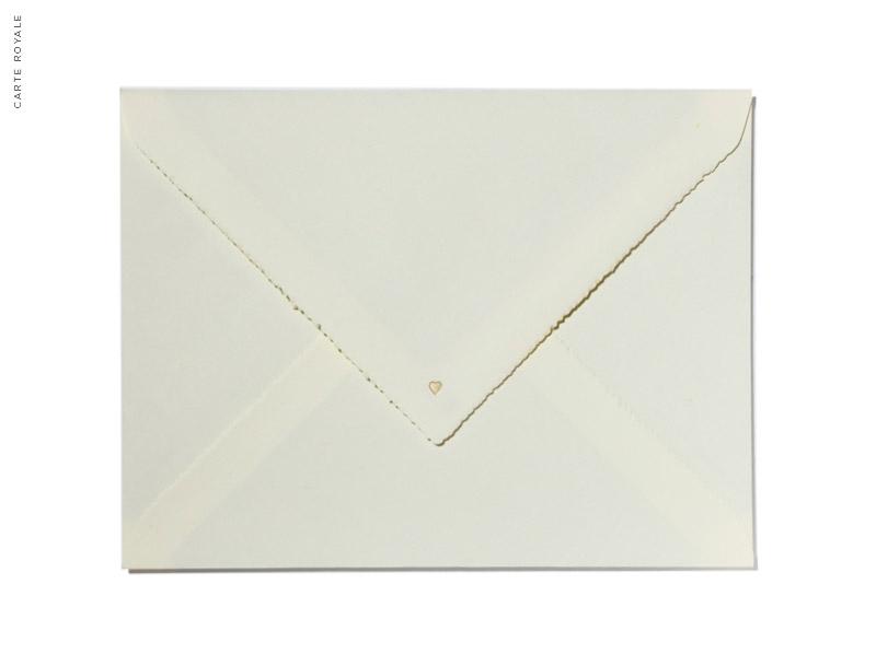 Einseitig auf Büttenpapier bedruckte Save-the-Date Karte mit kleiner Herzprägung in gold.