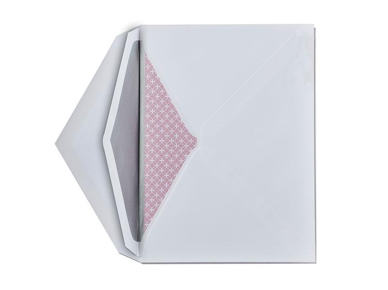 Save-the-Daten Karten Hochzeit mit rotem Muster & silber gefüttertem Kuvert.