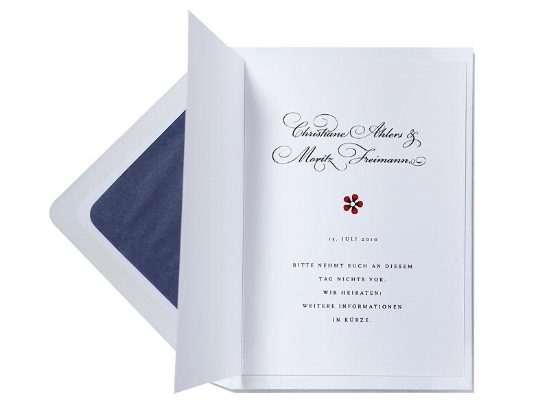 Save-the-Date Karten zur Hochzeit mit kleinem Ornament, Blumen und Kalligrafie.