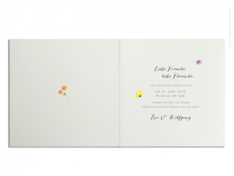 Quadratische Einladungskarten mit Aquarellfarbenen Blumenkranz gedruckt auf Büttenpapier.